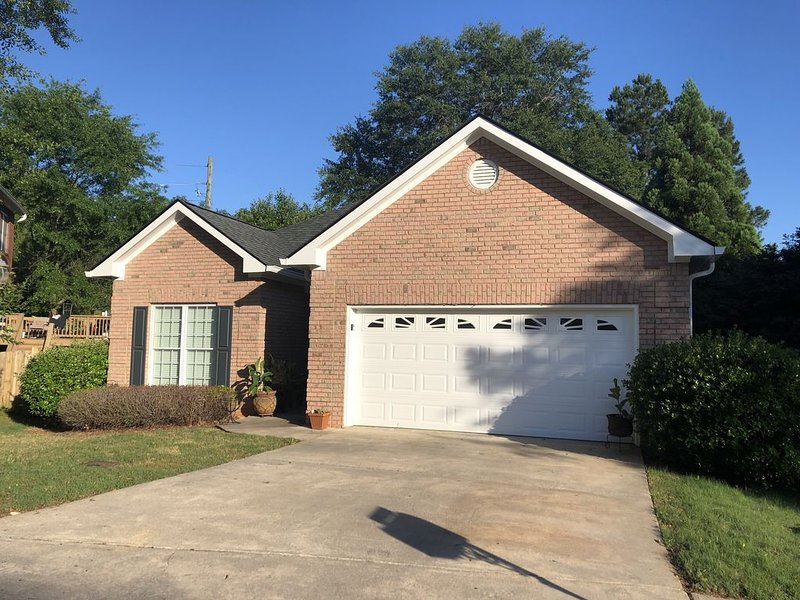 Elegant 2 Bedroom for UGA Football games or Anytime!! NEW LISTING!!, casa vacanza a Athens