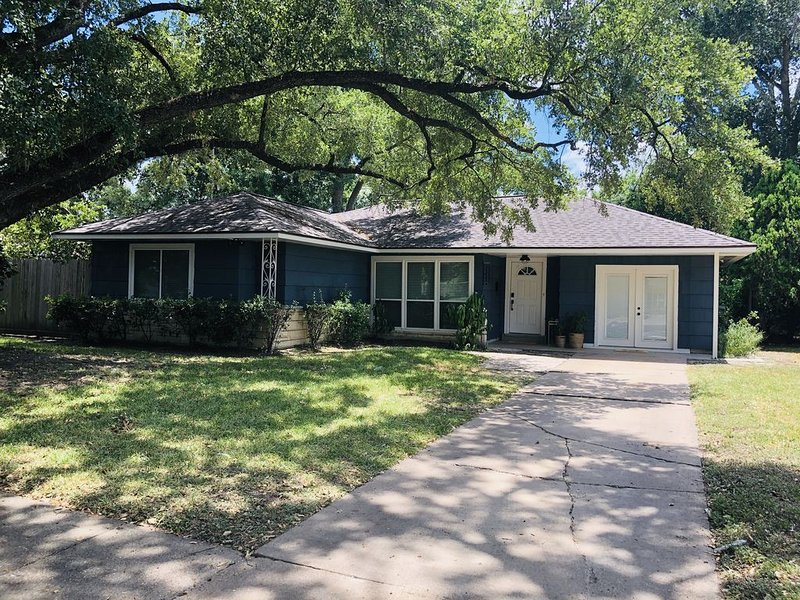 Charming 1950's private home in the heart of Houston with a lot of character, location de vacances à North Houston