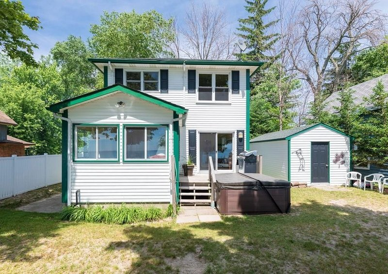Perfect Family Lake Erie Beach House with Private Sandy Beach & Amazing Sunsets, vacation rental in Port Colborne