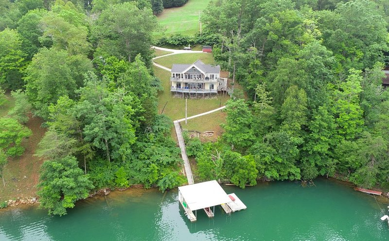 Waterfront, Private Covered Dock, Sleeps 13, 3.5 Bath, Wifi, Majestic Lake View, holiday rental in Caryville
