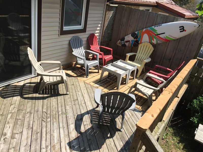 Big DECK Cottage, only 3 minute walk to BEACH 4 bdrms, sleeps 11, parking 4 cars, aluguéis de temporada em Grand Bend