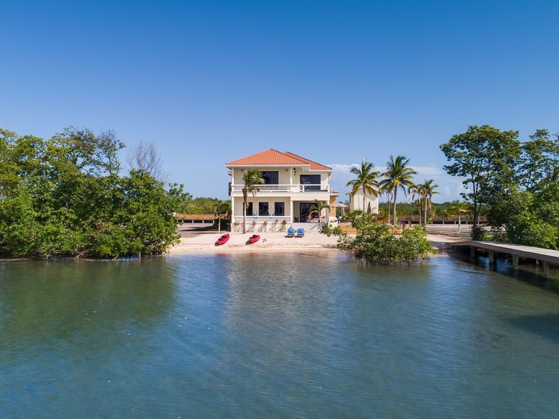High end home on Private Island with 2 private pools - 2 Min. from Placencia, aluguéis de temporada em Stann Creek