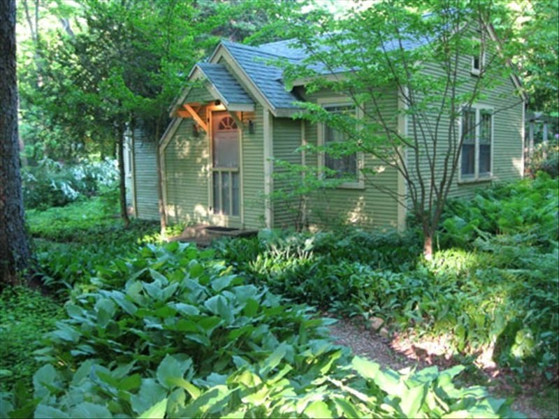 1 Block from Lake Michigan, Traditional Michigan Cottage, vacation rental in Glenn