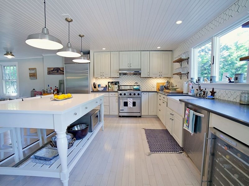 Heated Pool Gourmet Kitchen Open Concept 5min Walk to Town, Bike to Wineries, alquiler de vacaciones en Bridgehampton
