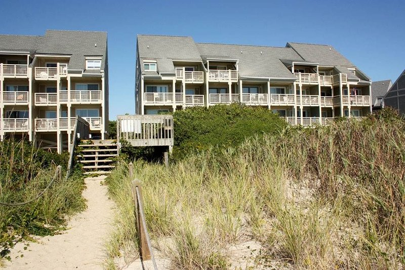 Caswell Beach condo with outdoor community pool, location de vacances à Caswell Beach