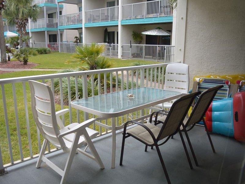 El patio da al área de la piscina. El techo cubierto significa que no hay lluvia ni arena desde arriba.