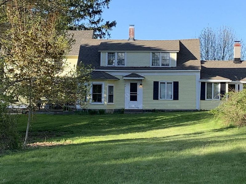 Spacious colonial home on quiet road in Norwich CT, holiday rental in Scotland