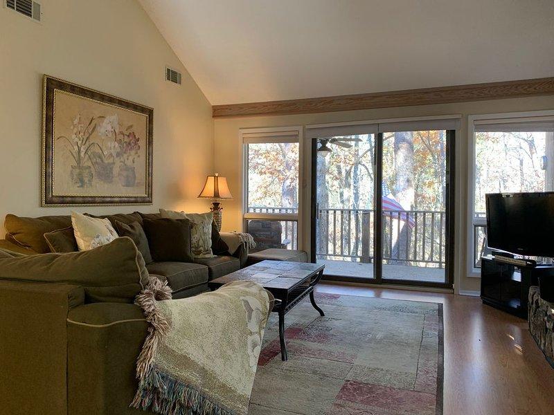 Upper Level Condo Lake Ouachita-2B/2B/New Furniture, holiday rental in Pencil Bluff