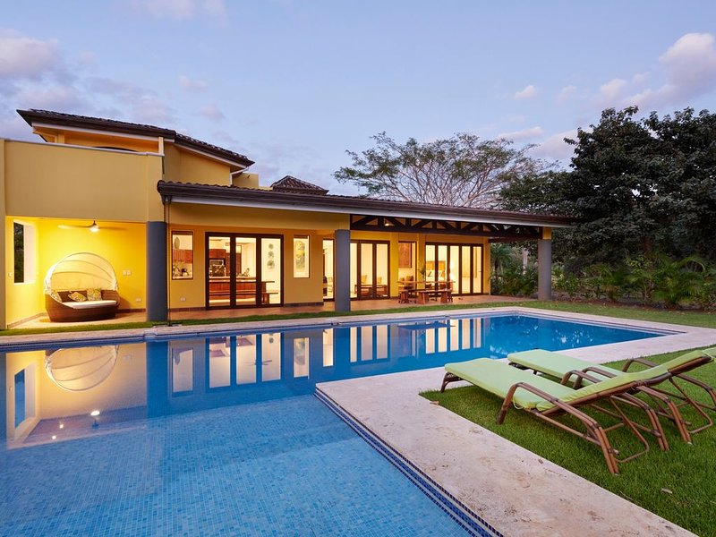 Newer Luxury Home in Private Gated Beach Community, aluguéis de temporada em Playa Avellanas