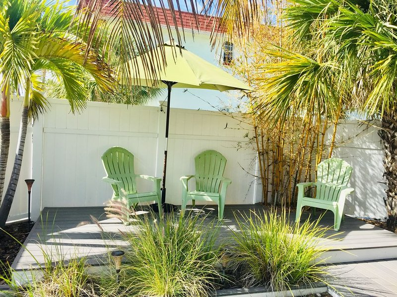 Cozy Water View House, One Block From The Beach, Private Yard!, holiday rental in St. Pete Beach