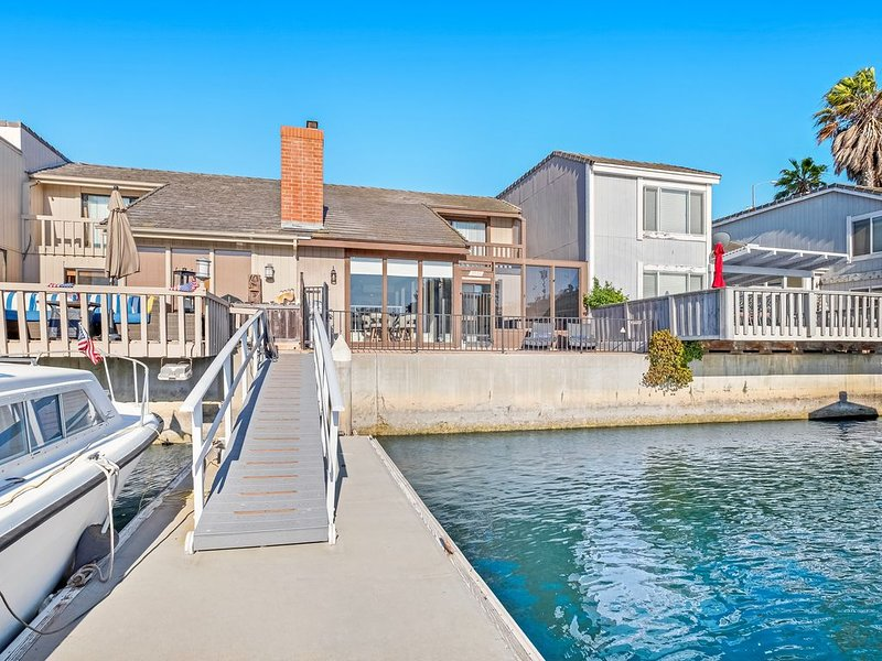 Unique & sleek dog-friendly two-level home w/water views, pool table & dock, holiday rental in Camarillo
