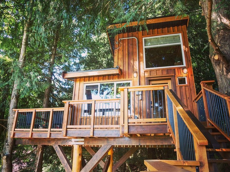 Owl's Perch Treehouse Private Treetop Escape, vacation rental in Sooke