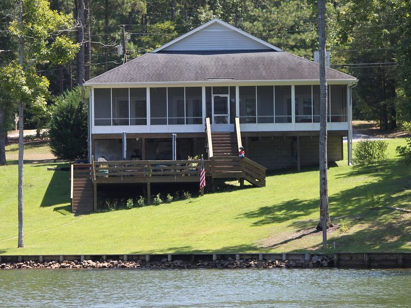 Quite cove perfect for water activities and convent enough for Auburn games!, location de vacances à Tallassee