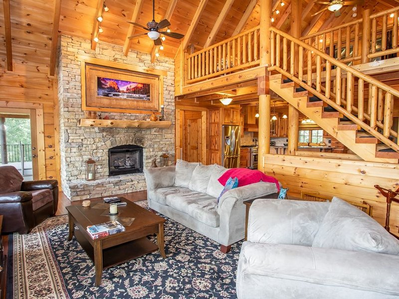 Lakefront Home, Private Dock, Hot Tub, King Suite, Foosball. Views of Grandfathe, holiday rental in Hays