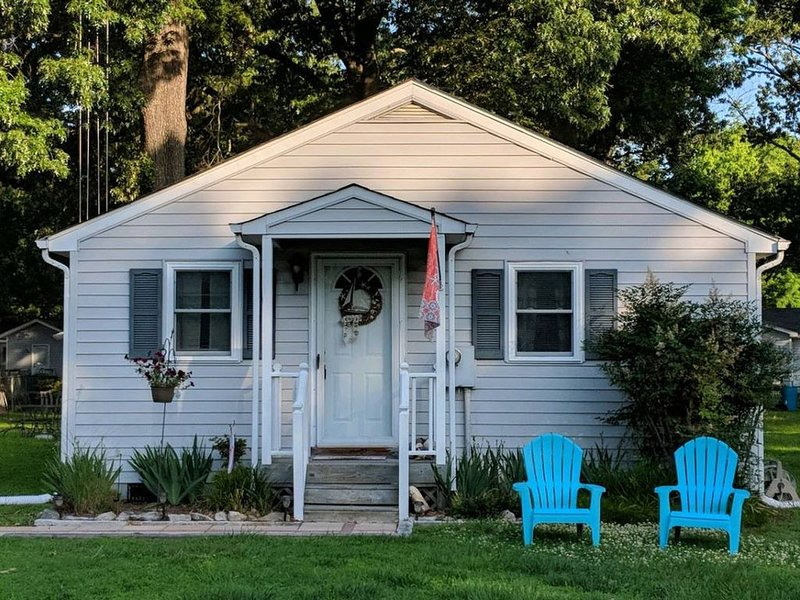 Relax at the Mystic Seahorse Cottage on Gwynn's Island!, holiday rental in Schley