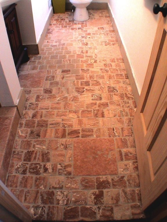 Detalle de piso de piedra caliza italiana en el baño de arriba