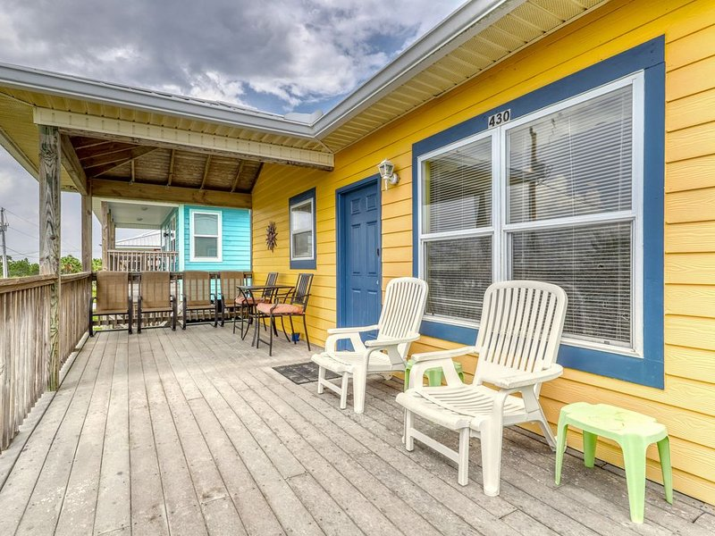 Dog-friendly house near the beach w/ Gulf views, free WiFi, & Snowbirds welcome!, alquiler de vacaciones en Fort Morgan