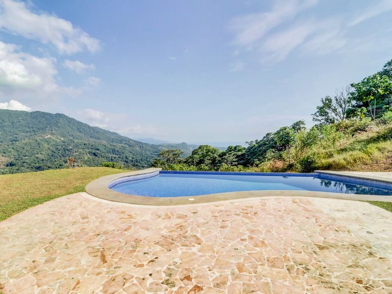 Secluded house on hilltop w/ infinity pool & stunning jungle views – semesterbostad i Copey