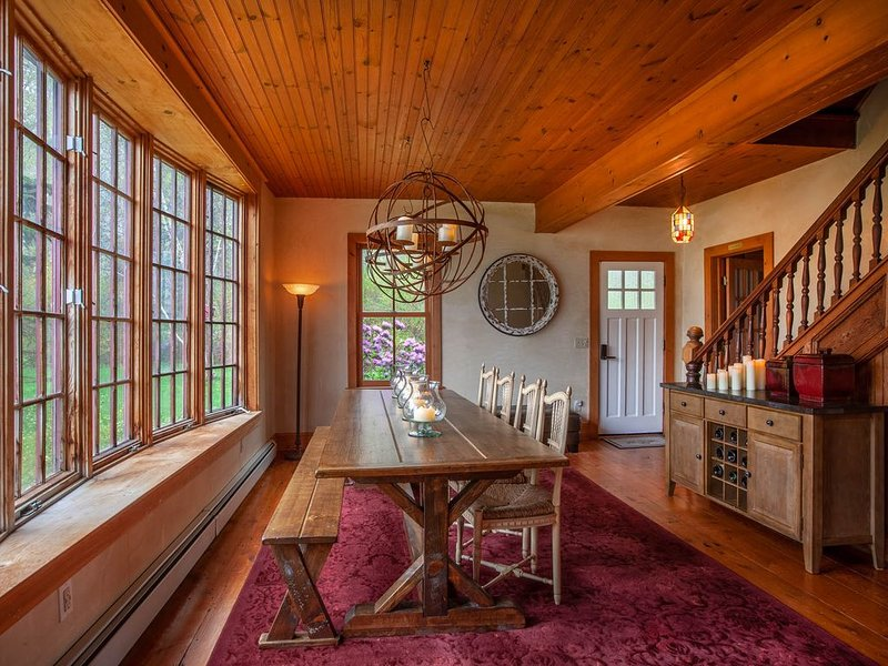 Fabulous cozy farmhouse on a Hudson Valley mountaintop, holiday rental in Wurtsboro
