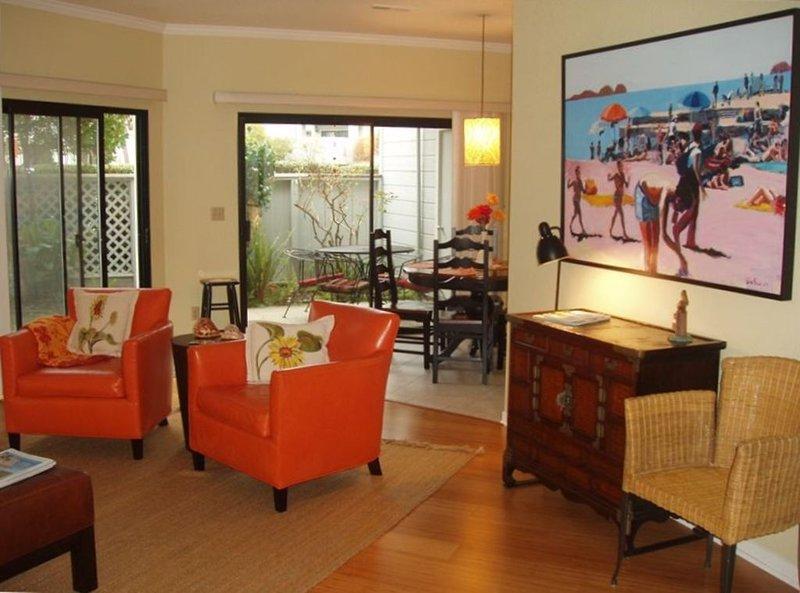 Sala de estar / jantar Rm leva ao pátio com piscina e spa fora do portão!