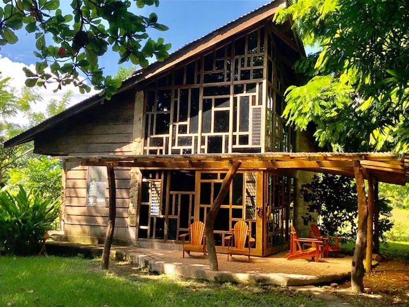 Mama Kitty's Casa Cabuya is a funky, artistic, 2BR/ 2BA house with A/C, Ferienwohnung in Cabuya