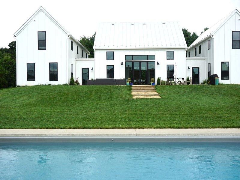 Detrás de la casa y la piscina