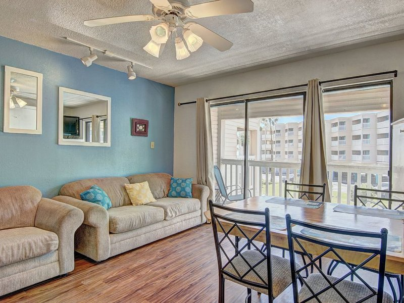 Beachfront condo w/ shared pool & gym - near downtown sights!, holiday rental in Robstown