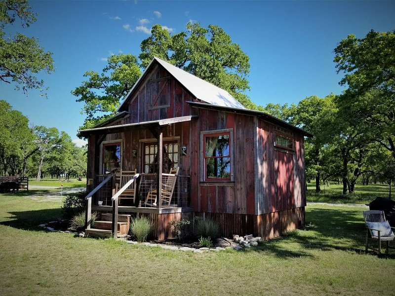 Cozy Cabin for Two Only Four Miles to Downtown, alquiler de vacaciones en Fredericksburg