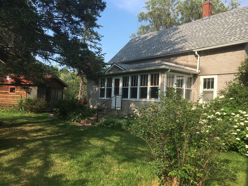 Vintage Farmhouse on the Pike River, holiday rental in Baraga
