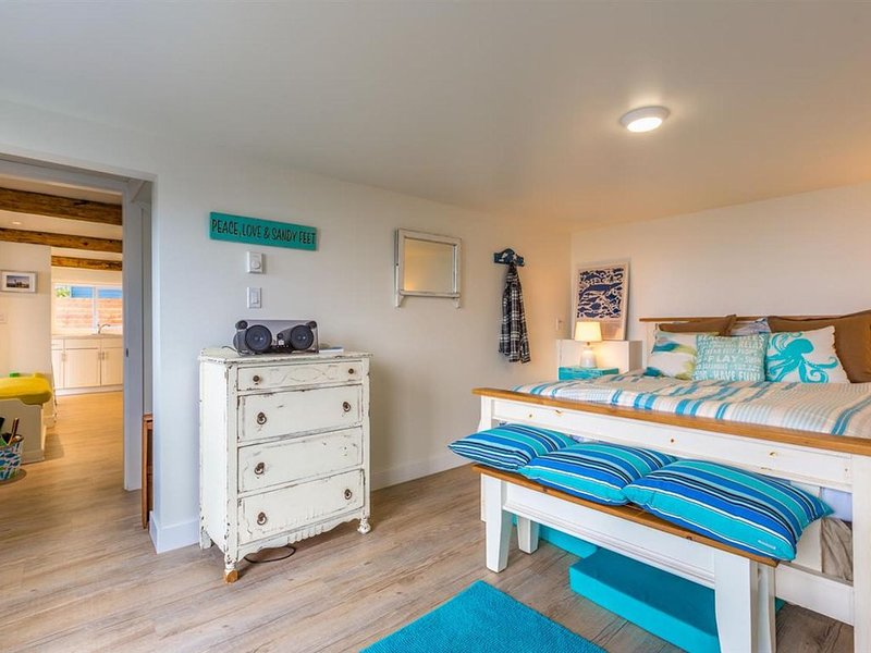 Beach Front Cottage Floor , chic and perfect for a family of four, aluguéis de temporada em Roberts Creek