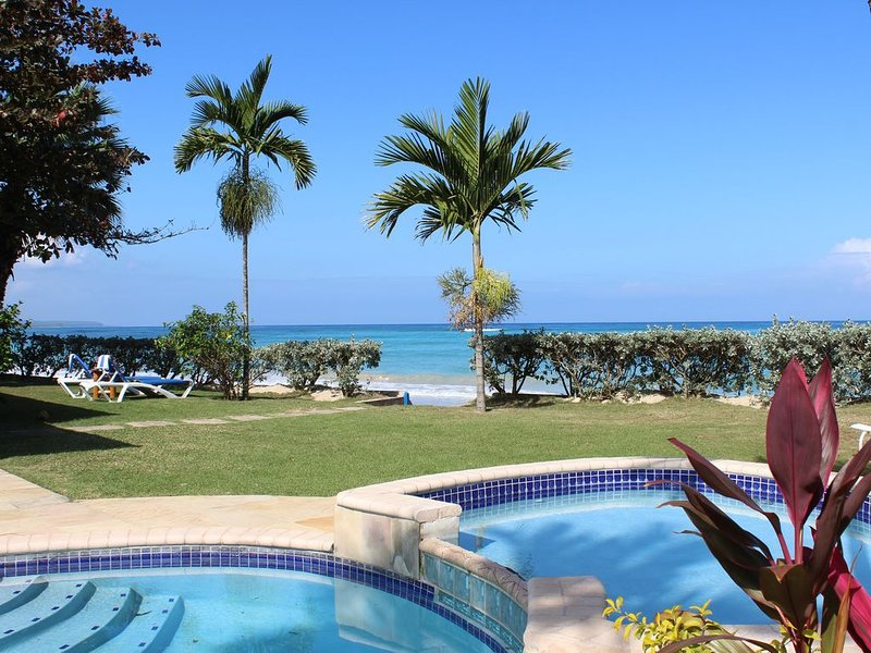 Baywatch - seaside villa, spectacular BEACH & garden, pool, modern, staff, vakantiewoning in Runaway Bay