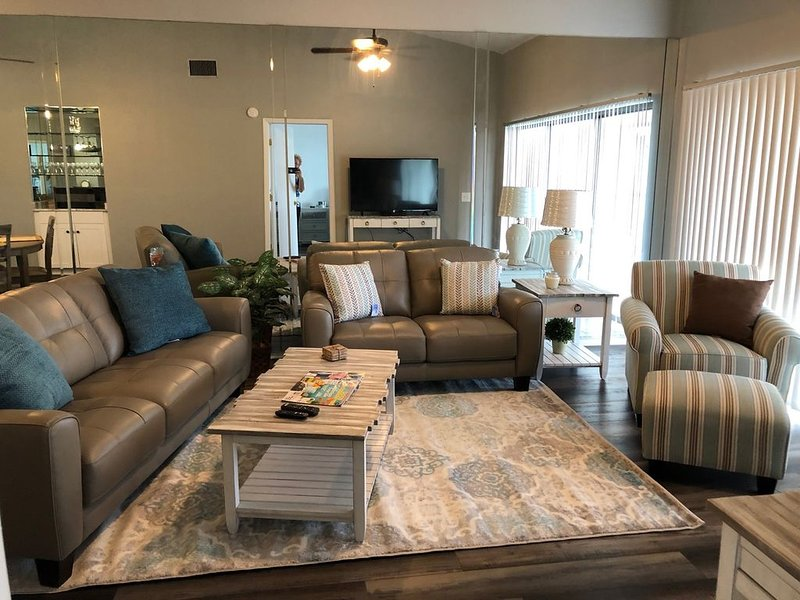 Stunning River and Marina Condo for rent; Sunsets Nightly at 'Riverview Haven', alquiler vacacional en North Fort Myers