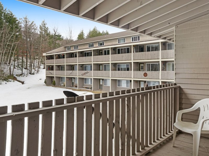 Ski-in/ski-out condo with shared pool & hot tub! Just steps away from ski lift!, location de vacances à Upton