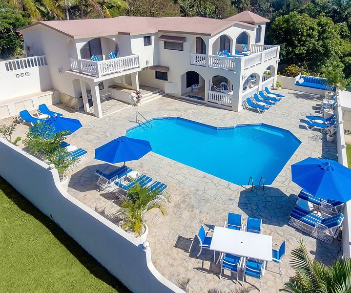 Affordable Luxury at 6 BR Fully Staffed Caribbean Vacation Villa, holiday rental in Maimon