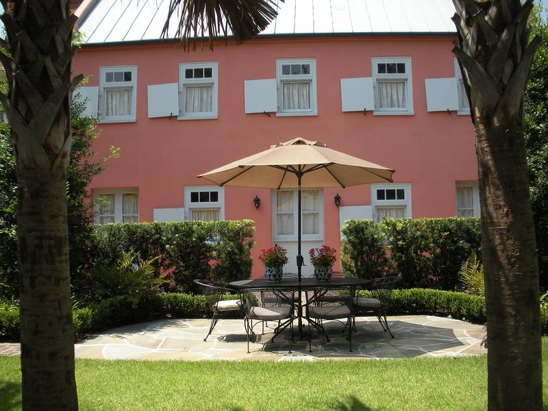 Historic Downtown Cookhouse Apartment in Garden District, holiday rental in Charleston