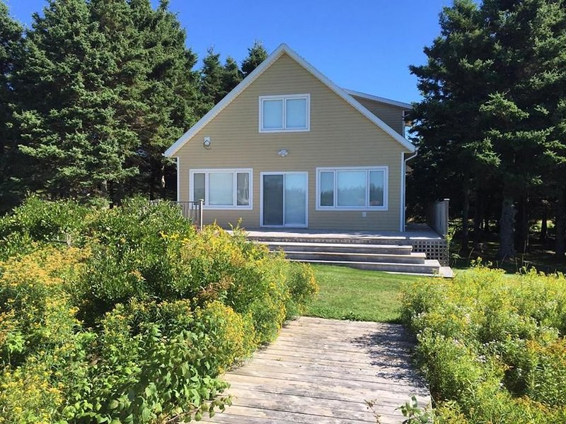 Dreamy 3 BR Cottage w/ Water View, holiday rental in Victoria