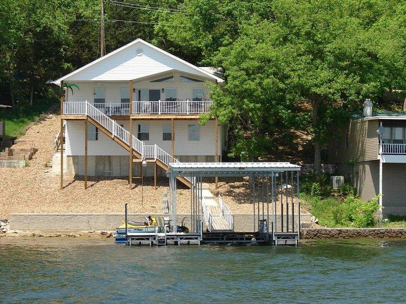 Propriedade frente ao lago com doca e nadar plataforma.