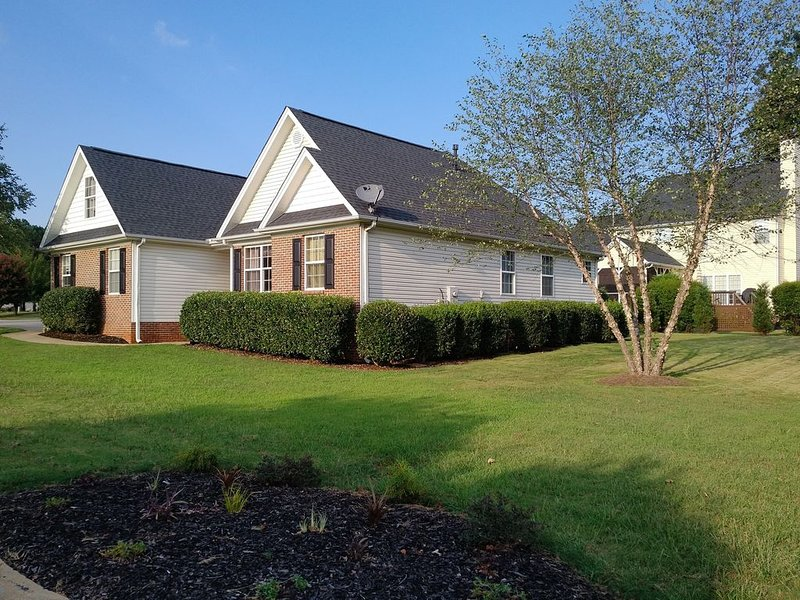 Cozy, Peaceful Home Sleeps up to 10 guests+ | GSP Airport | BMW | Pelham Medical, holiday rental in Greer