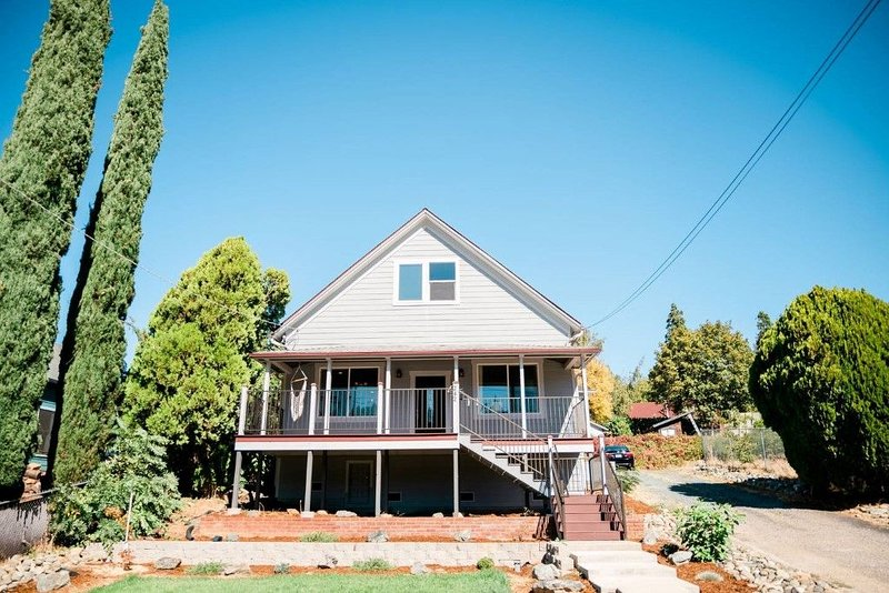 Charming and Updated Home Next to Downtown, holiday rental in Oregon House