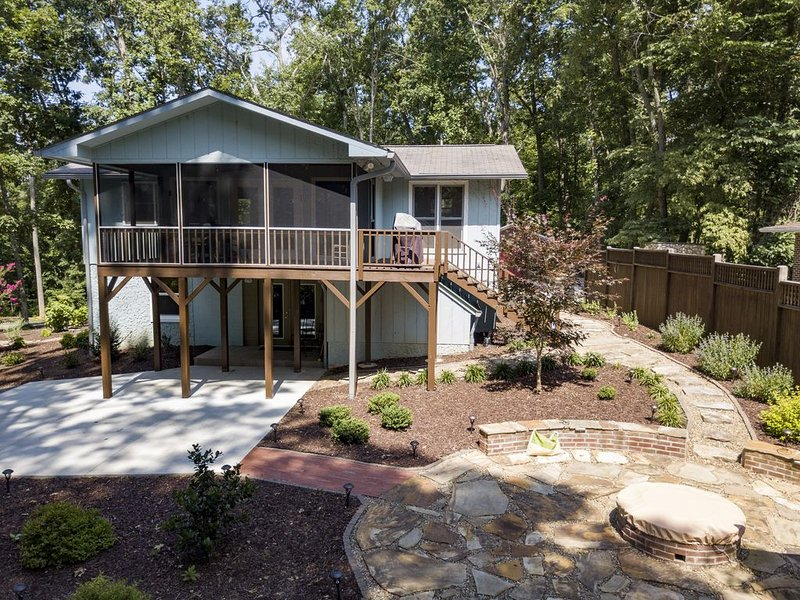 Kirsten's Lakeside Paradise on Lake Chatuge. Enjoy Lake Life! Fire Pit, Dock, holiday rental in Hayesville