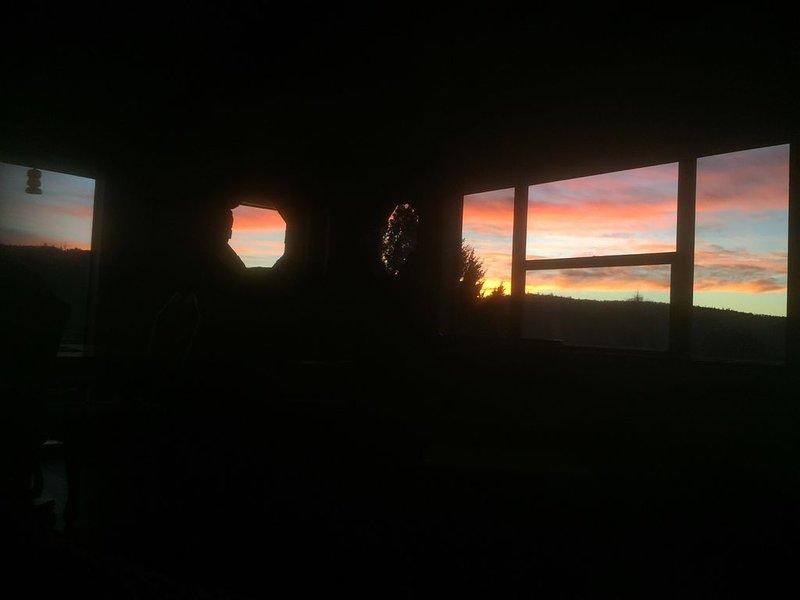 Large Bedroom in House at Beautiful Lake Oroville, alquiler vacacional en Bangor