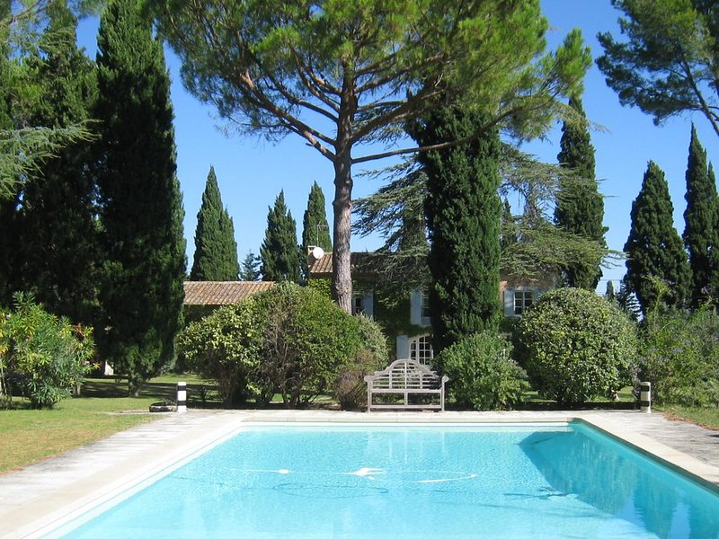 St Rémy de Provence - Charming family house with large garden and pool, Ferienwohnung in St-Rémy-de-Provence