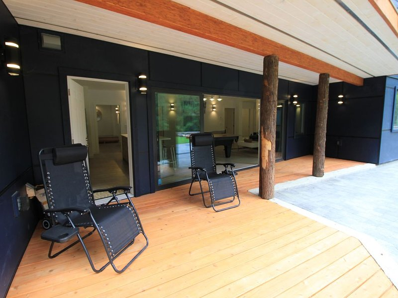 Lower Floor of a Ski Chalet with Billiard/Ping PongTable 3 Bedrooms 2 Bathrooms, alquiler de vacaciones en Pemberton