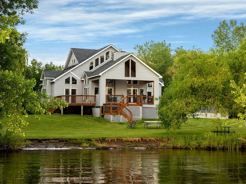Award Winning Lake Home With 200 Ft. Of Lake Shore ~ Privacy ~ Includes Kayaks!, holiday rental in Hinckley