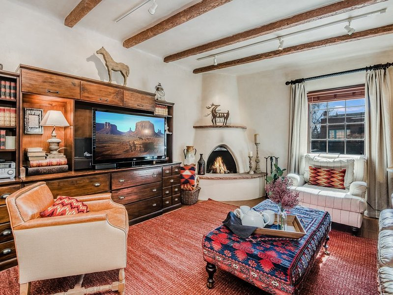 Walk to Plaza! Stunning Retreat With Private Enclosed Patio!, alquiler de vacaciones en Sierra County