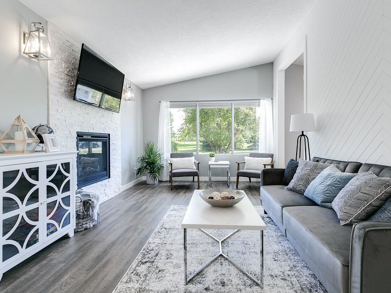 Stunning 3-Bedroom Main Level in NW *Near UofC & C-Train* Sleeps 6!, vakantiewoning in Calgary