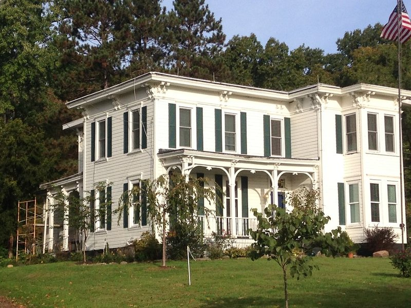 The Stambaugh Farmhouse on Ivanhoe Road, holiday rental in Youngstown