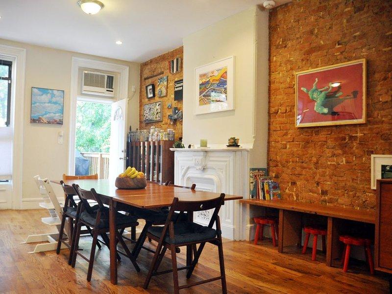 Historic, Modern Brownstone Bklyn Duplex with Backyard, Ideal for Families, location de vacances à Brooklyn