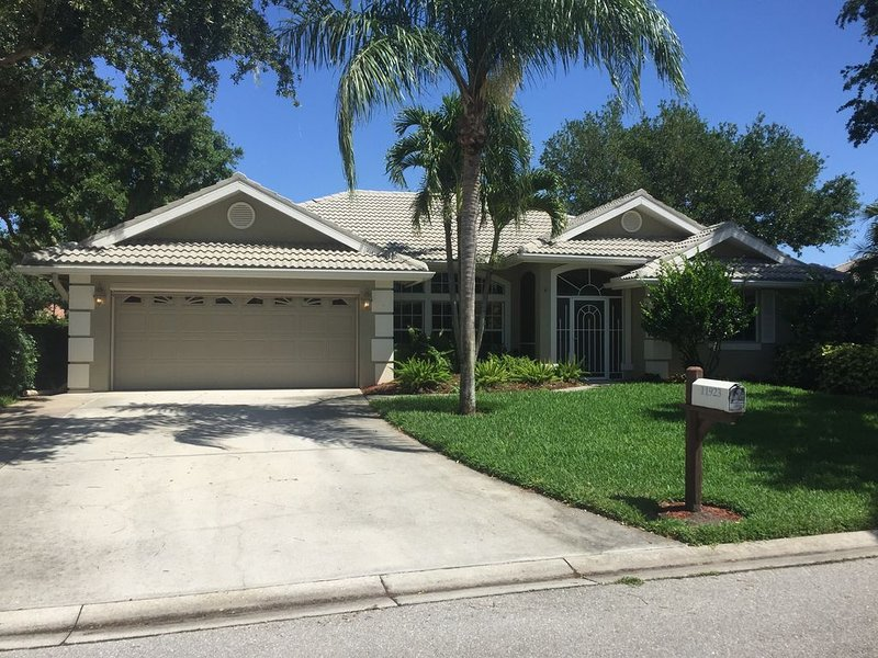 Relax in paradise. Modern 4 bed, 3 bath Pool home in secure and gated community, vacation rental in Lehigh