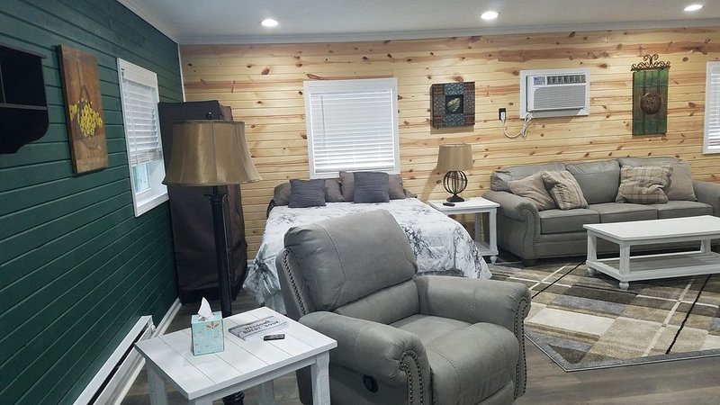 Getaway in the country/Beautiful Parke County/Large hot tub  and much more!, vacation rental in Rockville